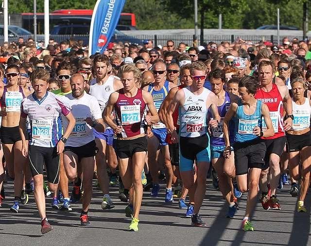 Runners at the start of Fornebuløpet 5k