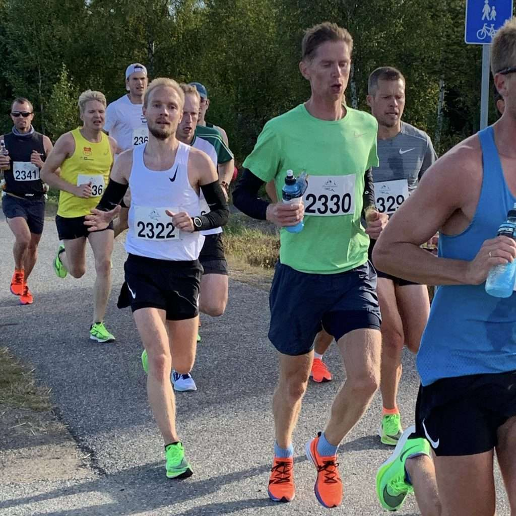 "A group of runners chasing a sub-2:40 finish at Perseløpet ""Boston"" Maraton 2020."